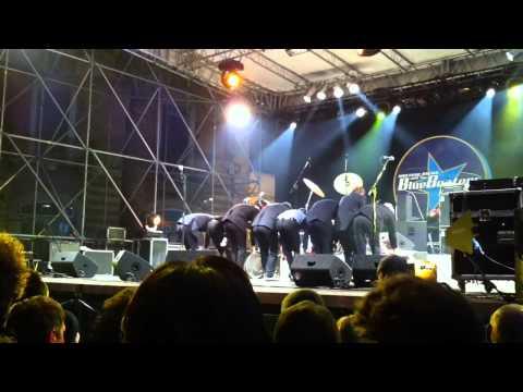 giuliano palma & bluebeaters Corato(BA) 31-12-2010 saluto finale.MOV
