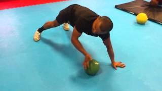 Отжимание на мяче Press-up on a ball(Отжимание на мяче Press-up on a ball Бокс.Скоростно-силовая подготовка Boxing. High-speed and power preparation Спортивный клуб