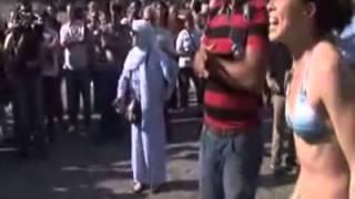 Laz teyze taksimde çıplak eylem yapan kadını protesto ediyor