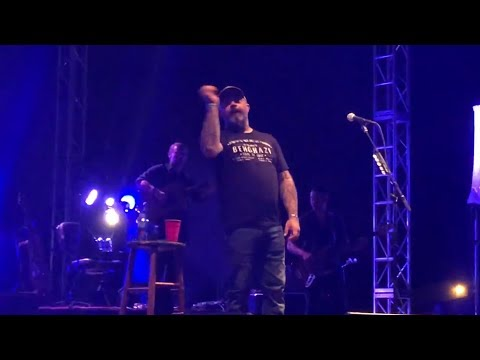 """Aaron Lewis Stops Show To Defend Limp Bizkit's Fred Durst: """"He Lost Everything"""""""