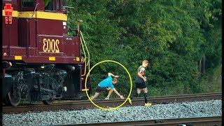 Nekat!! Video Detik Detik Hampir Tertabrak Kereta Api