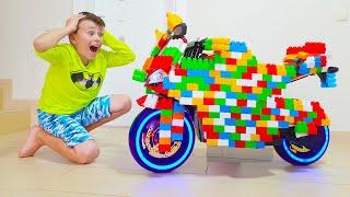Али и Адриана играют с игрушками и цветными блоками