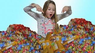 Мой ДЕНЬ РОЖДЕНИЯ / В кадре с СЕСТРОЙ / Море сладостей для одноклассников / Детское видео FOR KIDS