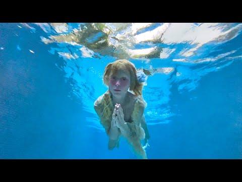 Смотреть клип Petite Meller - Dying Out Of Love
