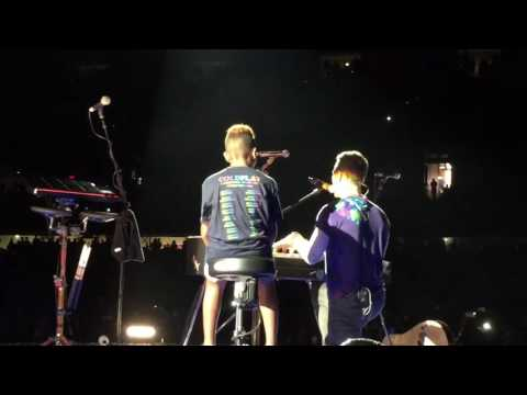 1 lucky fan goes on stage at Coldplay concert in Chicago