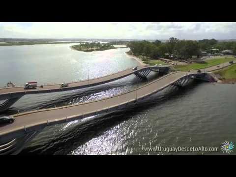 Video aéreo del puente ondulante sobre el arroyo Maldonado, Uruguay desde lo Alto