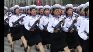Маршируют северокорейские девушки