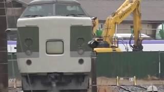 令和2年4月1日、陸送はされてない解体線のE353系S206編成、工場で通電作業中E257系2000番台、長野総合車両センター。