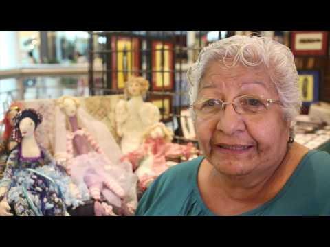 Lillie Vélez trabaja muñecas de trapo