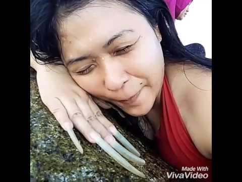 scratching stone at Parai beach(lady long nails)