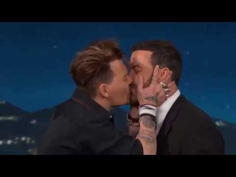 JOHNNY DEPP KISSING JIMMY KIMMEL !!