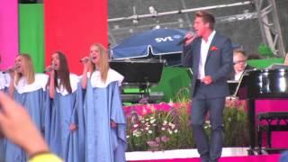 Nadine Nelander och Raise the roof körar bakom Danny och Bengan Jansson på Victoriadagen 2012