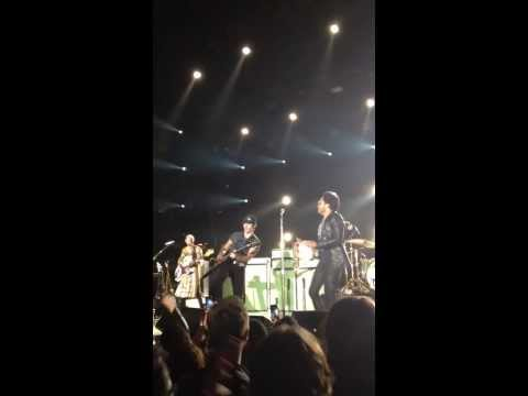 Lenny Kravitz Invites Fan, Jeff Eager, Onstage For Duet - Are You Gonna Go My Way (Live)