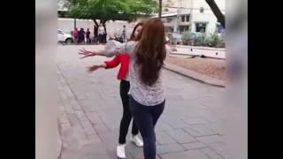 Dos Mujeres Pelean Por Un Hombre El Que Observa También Es Parte De La Violencia No Mas