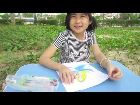 Bé ngồi bờ biển vẽ tranh/Baby sitting beach and painting