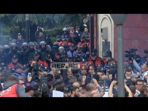 Report TV - LIVE - Protestuesit tentojnë të çajnë kordonin e policisë
