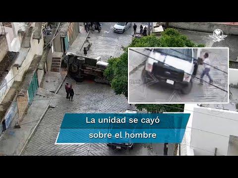 Vuelca camión materialista sobre trabajador y sobrevive en Naucalpan