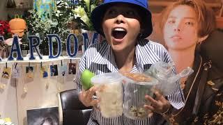 Vũ Cát Tường Phấn Khích khi được Fan tặng Bánh Tráng Trộn trong Fansign
