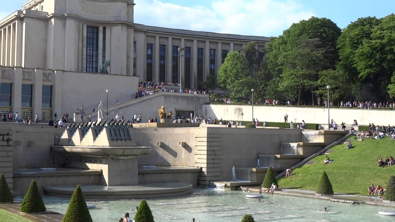 Jardins du Trocadéro Fountain of Warsaw with Eiffel tower in the