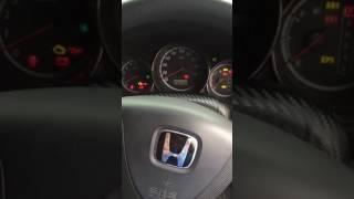 Honda Fit 2001  на холодную заводится и глохнет!в чем проблема?