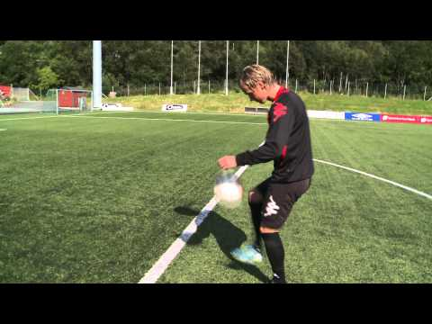 Bend it like Hulsker  Bernt Hulsker møter Fredrik Haugen og banker ballen i krysset.