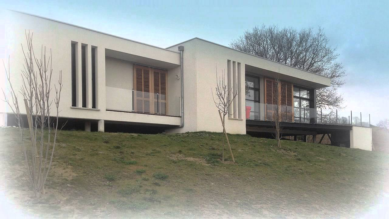 Maison contemporaine de 130m2 sur terrain en pente youtube for Maison contemporaine
