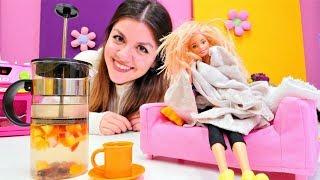 Barbie oyunu. Barbie saçlarını kurutmadan dışarı çıkıyor. Eğitici çocuk videosu