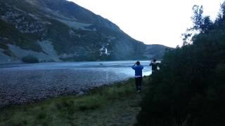 Helicóptero cargando agua en la laguna