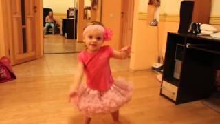 Девочки танцуют дома под веселую музыку