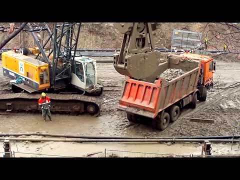 Lavorano escavatori e altre macchine. Grande costruzione - Excavators in action.