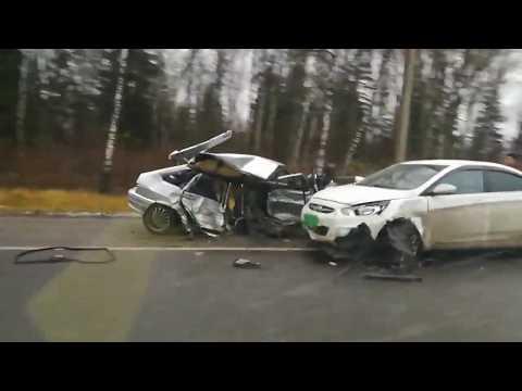 В страшной аварии на киевской трассе столкнулись три автомобиля