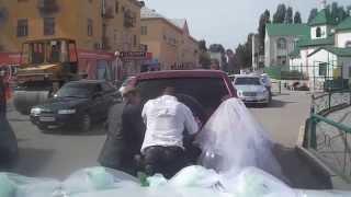 Невеста толкает свадебную машину))