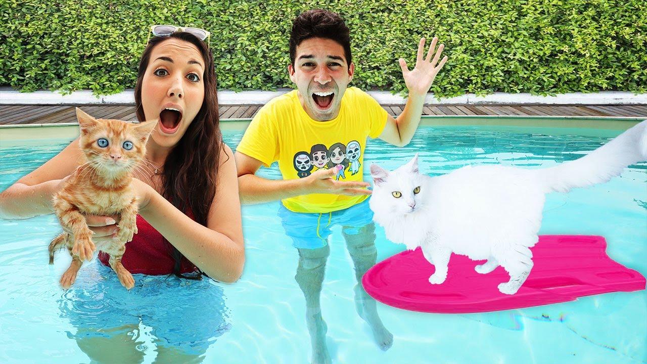 I NOSTRI CUCCIOLI FANNO IL BAGNO IN PISCINA PER LA PRIMA VOLTA! *gatti in acqua*