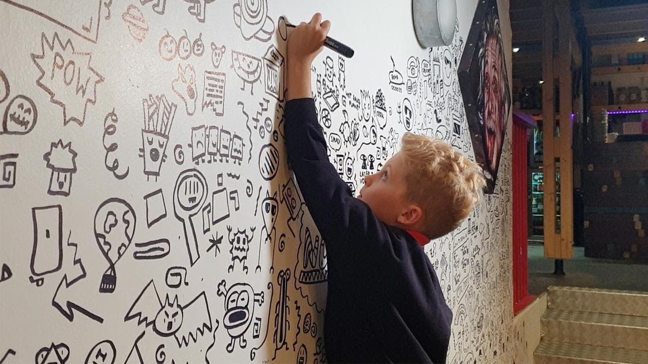 Niño De 9 Años Hace Dibujos Para Un Mural En Un Restaurante