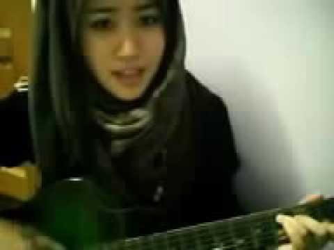 Cewek cantik nyanyi acoustic sheila on 7 Buat Aku Tersenyum