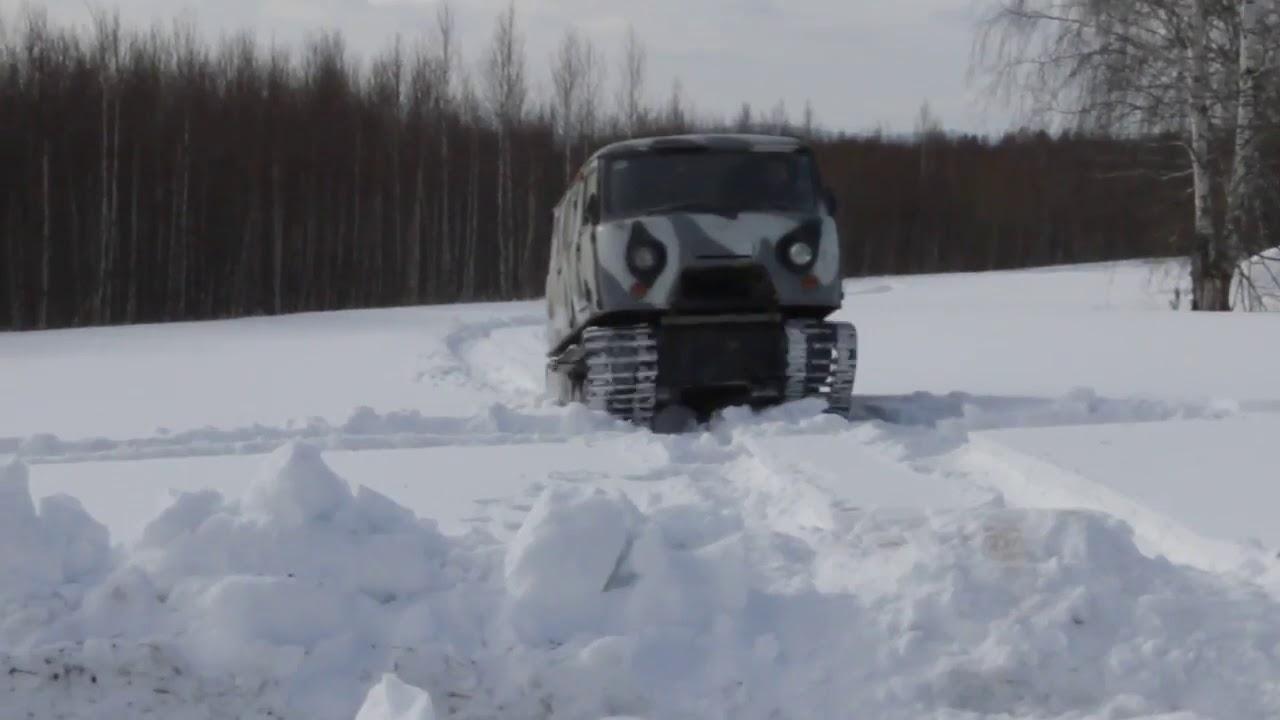 Гусеничный Уаз едет по снегу