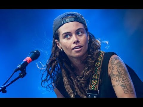 Emotional Solo on electrified Guitar by Tash Sultana perform