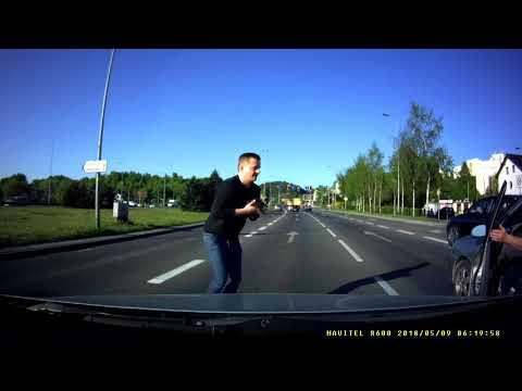 Co tam robił - nie wiadomo. Zastanawiające jednak jest to, że kierowcy zwyczajnie nad nim przejeżdżali, zamiast zabrać go z drogi. Na szczęście pojawił się wreszcie ktoś, kto się kociakiem zaopiekował.