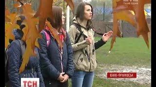 В Івано-Франківську студентки демонстраційно прогнали збоченця з міського парку(, 2016-10-26T17:51:53.000Z)
