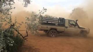 Mitsubishi Triton 3.2 vs Toyota Cruiser 4L in tug of war.