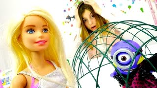 Видео про кукол - Барби ищет платья