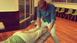 4Life Chiropraktik - Chiropractor gets adjusted