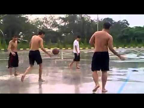 Lao Lang Fall Down When Playing Basketball !!