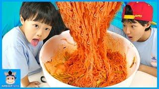 누군가는 다 먹어야 한다! 비빔면 의리 게임 도전하다 (배고픔주의ㅋ) ♡ 달콤 매콤 라면 먹방 Sweet Noodle Mukbang   말이야와친구들 MariAndFriends