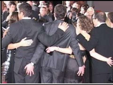 GERARD BUTLER and HILARY SWANK caught squeezing butts during cast photo - 2007