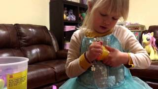 Вика лепит фигурки животных из пластилина. Victoria use Play-Doh and create animal's figures.