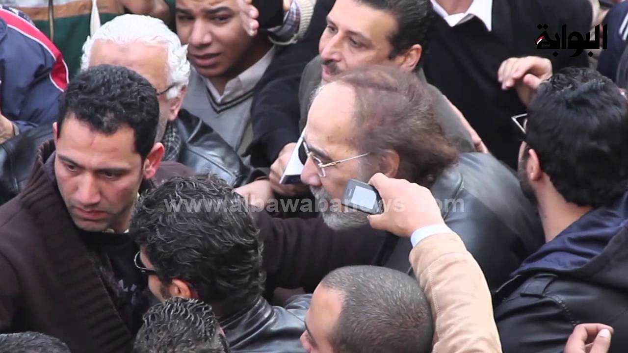 محمود ياسين يفقد توازنه بسبب الزحام أثناء تشييع جنازة فاتن حمامة Youtube