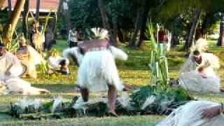 P1020888 10 Mangaréva danses le roi façonne la femme des sables