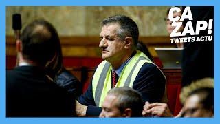 Jean Lassalle met un gilet jaune en pleine séance de questions à l'Assemblée nationale.