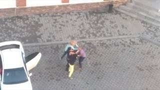 Пьяные девки бьют парня в Уссурийске около антиклуба КРЫША